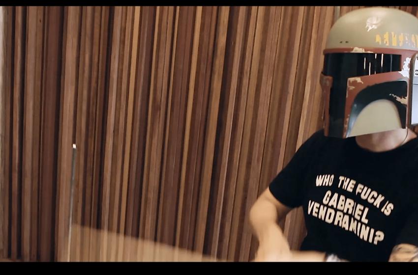 """[Premiere] Gabriel Vendramini se multiplica em videoclipe para """"Can't Decide"""""""