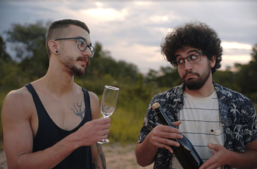 """[Premiere] A Olívia comemora Ano Novo fora de época em vídeo para """"Passar em Branco"""""""