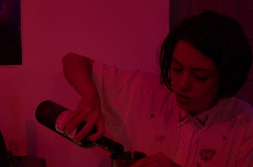 Em novo clipe, Moreati expurga demônios em plena pista de dança