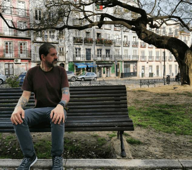 Adriano Cintra fala sobre CSS, Pin Ups, vida em Portugal e política em entrevista exclusiva