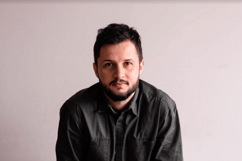 """Pablo Lanzoni constrói melodias a partir de sons de aplicativos de celular em """"valentia tempo voz"""", assista o clipe"""