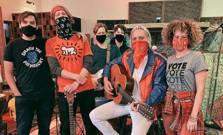 """Arcade Fire apresenta na noite das eleições americanas o single """"Generation A"""" em programa de TV"""