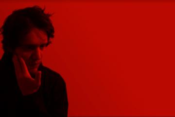 Artista RØKR de perfil - Foto Divulgação por Nicolas Camargo