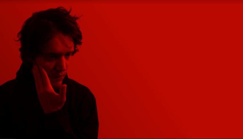 As neuroses do isolamento colidem no novo clipe do RØKR
