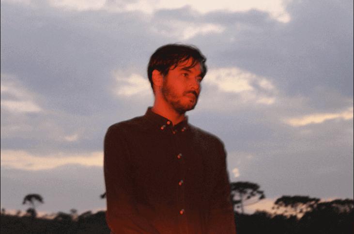 O músico Ale Sater em foto Por Thais Jacoponi para o EP Fantasmas