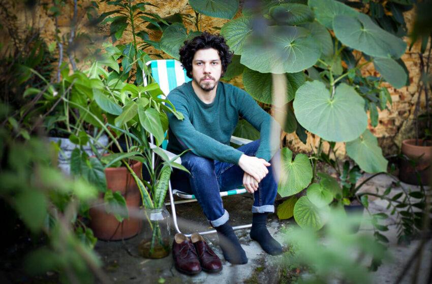 Com uma nova roupagem ao canto de Whitman e ao seu próprio, Hélio Flanders (Vanguart) traz de volta Folhas da Relva, onde une música e poesia