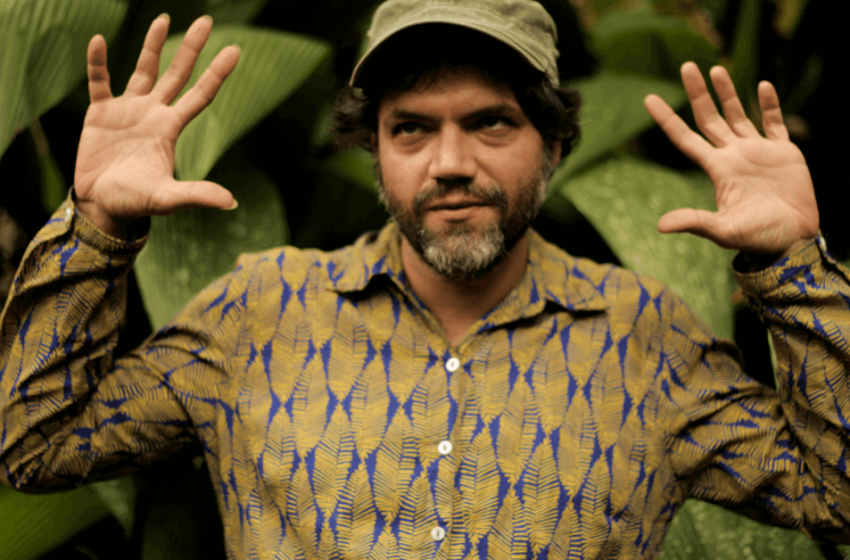 """Prestes a apresentar """"Corisco"""", Bonifrate revela o single """"Cara de Pano"""", uma ode ao caos do cotidiano"""