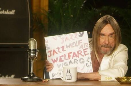 """Iggy Pop segurando o disco """"Welfare Jazz"""" dos Suecos do Viagra Boys – Foto: Reprodução/Twitter"""