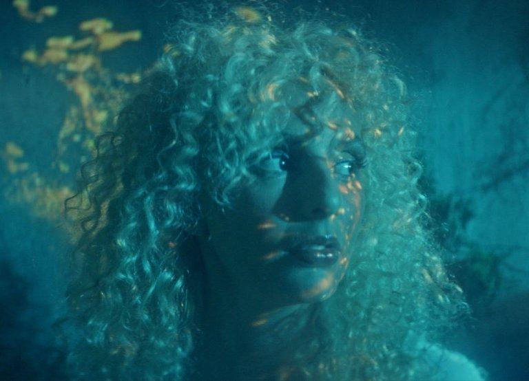 """Luiza Lian no clipe de """"Iarinhas"""" - participa do álbum Nebulosa Baby de GIO"""
