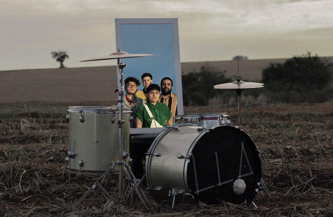 """A banda de Sorocaba (SP), Eugênio, no clipe para """"Espelho Invisível"""""""